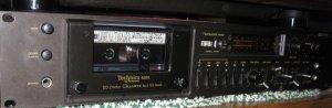 Технарь модели 1978 года, у меня уже лет пятнадцать, иногда подглючивает если долго не пользоваться но если включать хотя бы раз в пару недель то работает нормально и пишет очень хорошо. Особенно на хромовые Maxell и TDK.