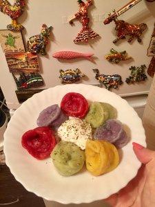 Цветные пельмени, покрашенные натуральными красителями: шпинат, морковь, свекла, краснокочанная капуста)