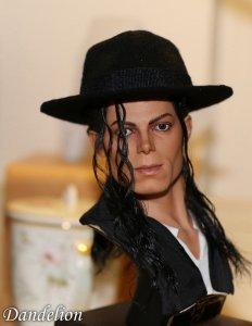 https://www.ebay.com/itm/Dandelion-King-Of-Pop-Michael-Jackson-1-3-Scle-Collection-Bust-Statue/162726947460?epid=13007994796&hash=item25e3482a84:g:94kAAOSwyYFZ8Z4h