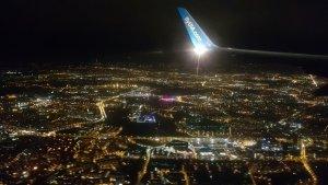 Kraków. 2 декабря. Tauron Arena с высоты заходящего на посадку самолёта. Благодаря подсветке сразу бросается в глаза.