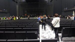 Последствия снегопада очень хорошо видны в проходе между секторами после концерта, а также на одежде и головах людей )