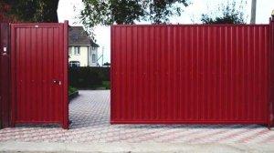 Темно-красные ворота