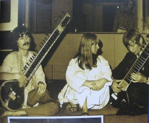 11 января 1968 Джордж и актриса Рита Ташингем слушают как Майкл Йорк наигрывает на ситаре