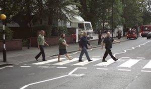 Была у Джексона отсылка к Abbey Road, в период записи саундтрека Властелина на студии. Не могу найти фото размером побольше. Видать, тоже любитель.