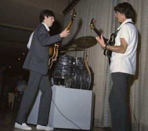 Пол и Джордж во время репетиций для шоу Эда Салливана в отеле Deauville в Майами, 16 февраля 1964 года.