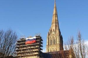 Российский флаг на соборе Девы Марии в Солсбери.