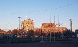 Вчера на стадионе Спартак. Луна и знаменитая крыша Музкомедии