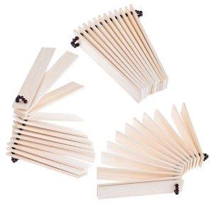Справа под лавкой - ударные инструменты Ринго: Барабан, на нём лежит веерная трещотка, а за ним виднеется бубен.