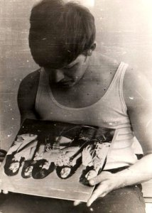 Разбирал старые фотографии и натолкнулся на фото то-ли 1976-го то-ли 1977 года, когда мне привезли эту пластинку (60 р) из университета Лумумбы. Лейтенант мог себе позволить приобрести сей экземпляр. Понравилась, жуть!
