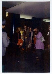 Пол с Линдой и Мэри выходит из здания Columbia Recording Studios.