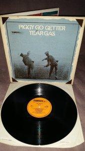 Tear Gas - Piggy Go Getter(Famous,1970,UK). Прежде чем стать глэм-роковой группой сопровождения Алекса Харви, эти шотландцы играли совсем другую музыку. Их дебютник выдержан в классическом мелодичном мэйнстримовом харде с небольшими протопроговыми веяниями, акустика соседствует здесь с тяжестью пока ещё в равных пропорциях. Шикарно записанная пластинка, звук английского оригинала выше всяких похвал.