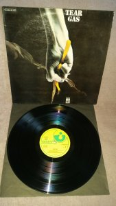 Tear Gas - s/t(Harvest,1971,Ger). На втором альбоме уже никаких заигрываний с акустикой и протопрогом. Тяжеленные гитарные рифы Зала Клеменсона плюс убойная ритм-секция - и перед нами один из первых британских хэвиметаллических альбомов в одном из своих лучших проявлений. Хэвипроговый кавер джетроталловской Love Story стал украшением этой пластинки, моя любимая вещь на альбоме. Английский оригинал на Регал Зонофоне слишком редкое и дорогое удовольствие, немецкое издание на Харвесте по звуку и цене меня вполне устроило.))