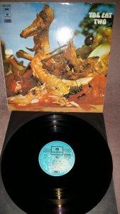 Toe Fat Two (Parlophone,1970,It). То ли второй альбом группы Toe Fat, то ли первый альбом второй формации этой группы, которая отличается от первой отсутствием Кена Хенсли и Ли Керслэйка, ушедших писать славные страницы великих Юрайя Хип. Их заменили гитарист Алан Кендалл и барабанщик Брайен Глэзкок, стиль группы остался практически неизменным - мощный хард с более ощутимым, чем на первом альбоме, прогрессивным налётом. Английское издание вышло на Regal Zonophone, итальянский Парлофон по соотношению цена-качество мне показался более подходящим вариантом.