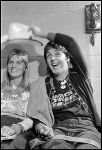 3 мая 1976 г.  Пол и Линда за кулисами Fort Worth Tarrant County Convention Center
