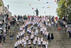 Флешмоб в честь Международного Дня матери состоялся вчера прямо на Потемкинской лестнице, сообщает сайт.
