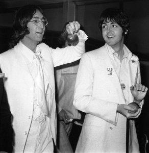 16 мая 1968 Джон Леннон и Пол Маккартни возвращаются из США в Лондон.
