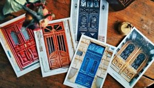 Команда проекта по сохранению одесских старинных дверей «Тысяча дверей Одессы» выпустила первую серию фотокарточек-открыток с дверями, которым более 100 лет. Всего в первую серию вошли 18 дверей. Все вырученные средства от их продажи пойдут на реставрацию дверей. Купить открытки можно в городском пространстве 4Сity на Канатной 27. К слову, первая продажа открыток состоялась на весеннем Гешефте в Зелёном Театре. Проект выручил 11720 гривен на реставрацию очередной двери.