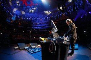 А все же совсем и не он)) Chris Holmes DJing at Royal Albert Hall with Paul McCartney