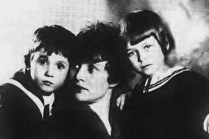 Зинаида Райх начала новую жизнь — преподавала историю театра в Орле, затем вернулась в Москву и пошла учиться в Высшие режиссерские мастерские. В 1922 году она вышла замуж за руководителя мастерских — Всеволода Мейерхольда. Именитый режиссёр был старше на 20 лет, имел жену и троих детей. Перед свадьбой он просил разрешения на брак у Есенина, который остался верен своему характеру, ответив: