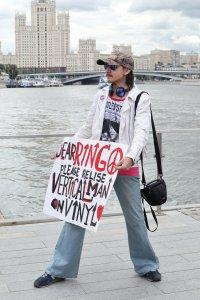 Будем надеяться, что Ринго прочитает плакат