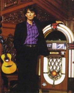 В дальнейшем Джордж для прослушивания CD приобрёл джук-бокс Wurlitzer 1015 OMT, разработанный в раритетном стиле первых моделей этой фирмы 1946 года ещё для пластинок на 78 оборотов. Всего аппарат позволял прослушивать 50 дисков (на фото Терри О'Нилла: Джордж у себя дома в Friar Park, 1990).