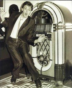 Какой-либо достоверной информации по джук-боксу Пола пока не встретилось (кроме фото, где он в разное время рядом с тем самым легендарным Wurlitzer 1015 для воспроизведения 25 пластинок на 78 оборотов).