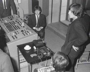 В книге Looking Through You: The Beatles Book Monthly Photo Archive написано, что все эти фотографии были сделаны 19 февраля. Там же сказано, что Битлз записывают You're Gonna to Lose That Girl.