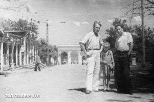 Советские времена (1950 г) - перед аркой уже какое-то кафе