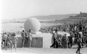 Легендарный вход на пляж Ланжерон с шарами - место встречи. Можно вспомнить насколько изменился пляж за все эти годы.