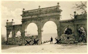 во время румынской оккупации - 1942 год.проезд закрыт,но сквозь арку видно море