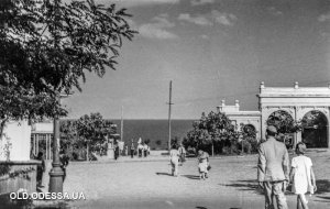 Когда ещё не было аллеи Славы с памятником Неизвестному матросу - вход на пляж в 30 -ые годы был не через арку.
