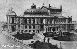 На первой фотографии — театр имени Луначарского на открытке, отпечатанной в 1920-х.