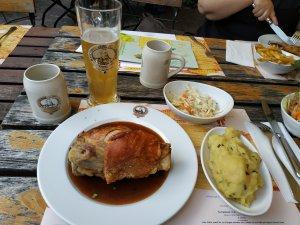 Рулька. С того времени, как я 13 лет назад впервые отведал свиной ноги в Германии, рулька стала немного меньше (или я больше), но и в уменьшенном виде справиться с ней мне было не суждено. Гейдельберг. На 100 тысяч жителей 35 тысяч студентов.