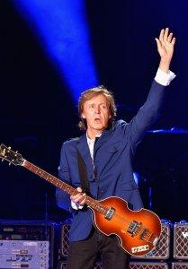 10 августа 2014 Пол Маккартни выступает с концертом на стадионе Доджерс в Лос-Анджелесе.