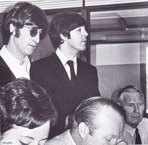 11 августа 1966 Джон и Пол в Хитроу перед отъездом в их турне по США в 1966 году