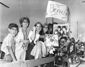 Эти поклонники ждут момента, чтобы увидеть посадку самолёта с музыкантами Битлз в Чикаго 11 августа 1966 года