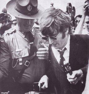 Патрульный Массачусетса помогает пробраться Джону через толпу репортеров, Битлз делают пересадку в Бостоне на их пути в Чикаго, чтобы начать их окончательный тур по США. 11 августа 1966