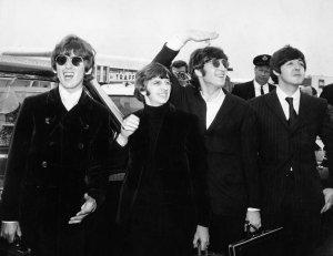 Битлз делают пересадку в Бостоне на их пути в Чикаго, чтобы начать их окончательный тур по США. 11 августа 1966
