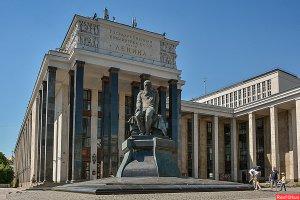 Надгробный памятник Фёдор Михалычу - не вызывает вопросов (лично у меня, по крайней мере...). Чего не скажешь - вот об ЭТОМ памятнике: