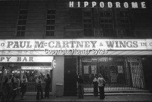 Пол и Линда Маккартни Wings Tour 1975. Поклонники ждут снаружи театра Ипподром.