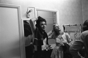 10 сентября 1975 Пол и Линда Маккартни в своей раздевалке, Бристоль, Англия, 1975