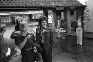Пол и Линда Маккартни, Wings Tour 1975. Пол и Линда покидают свой отель за пределами Бристоля, Англия.