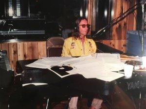 Джон за этим самым цифровым роялем Yamaha CP-80 Digital Grand Piano во время сессий (Just Like) Starting Over