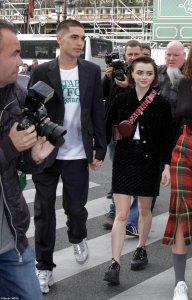 На приятеле актрисы Мэйси Уильямс (Игра престолов) футболка от Стеллы Маккартни с надписью Suitable for vegetarians (я смог прочитать это сквозь ткань пиджака :)