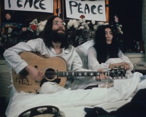 Johh Lennon-79!В этом году отель Fairmont The Queen Elizabeth празднует 50-летие легендарной акции Джона Леннона и Йоко Оно «В постели за мир». Целую неделю с 26 мая по 2 июня 1969 года они провели в кровати, общаясь с журналистами и призывая прекратить войну во Вьетнаме....-Корреспондент:Кем бы ты хотел остаться в памяти людей, если с тобой вдруг что-нибудь случится? Джон: Великим борцом за мир. Из интервью Джона Леннона и Йоко Оно газете Daily Express (1970).