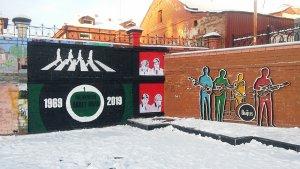Британский поп-артист Карл Стимпсон (Carl Stimpson — https://www.facebook.com/carlstimpson), попутно с развеской своей выставки в Ельцин Центре, украсил своей работой и наш Битловский дворик.