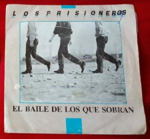 Обложка сингла El Baile de Los Que Sobran (1986) чилийской группы Los Prisioneros >https://www.discogs.com/ru/Los-Prisioneros-El-Baile-de-Los-Que-Sobran-/release/12964356