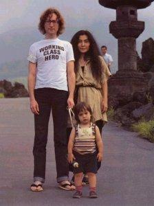 Шон выгуливает папу и маму.