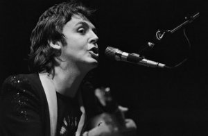 Paul McCartney выступает в зале Pavillon de Paris, 26 марта 1976