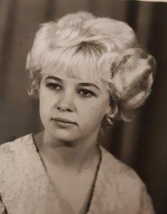 У меня даже фотка её на память есть. Это она уже потом прислала с Благовещенска. Переписывались какое то время. Офигительная девушка! Пипец! Но, тут на фотке она очень как то взросло выглядит....а так ей 17 было тогда. У неё волосы длинные по плечам струились и чёлка Солнышком была...там все с неё фигели:))